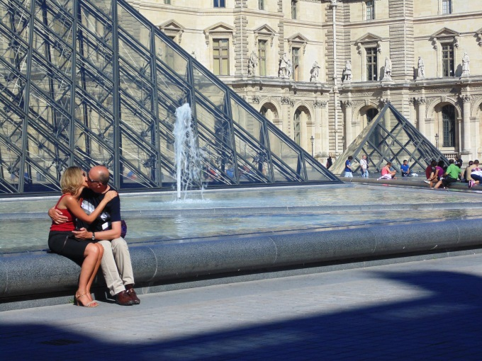 French kisses at the Louvre!